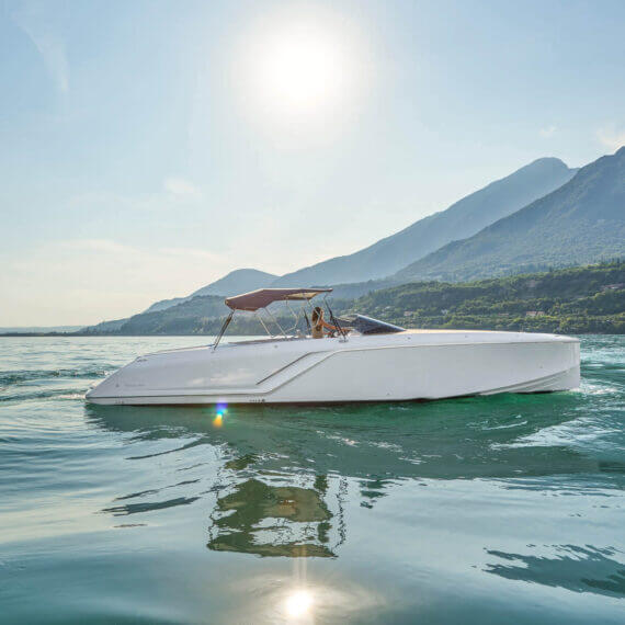 1212 Ghost Motorboot |Frauscher Bootswerft |Seitlich mit Bimini
