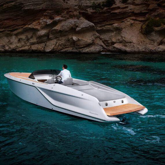 858 Fantom Motorboot |Frauscher Bootswerft |Fahrfoto hinten