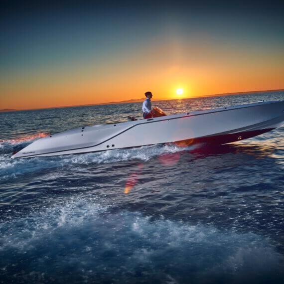 858 Fantom Air Motorboot |Frauscher Bootswerft | Fahrfoto seitlich Sonnenuntergang