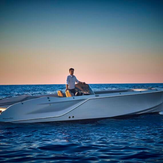 858 Fantom Air Motorboot |Frauscher Bootswerft | auf dem Wasser seitlich